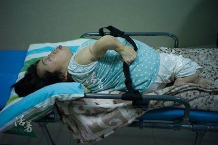 Bat chap tinh mang de sinh con, ba me khuyet tat lay di nuoc mat nghin nguoi - Anh 6