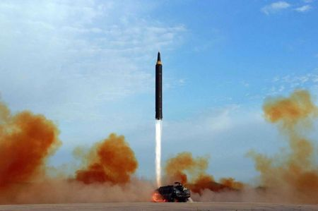 Kim Jong-un nam chat tay mung thu ten lua bay qua Nhat - Anh 1