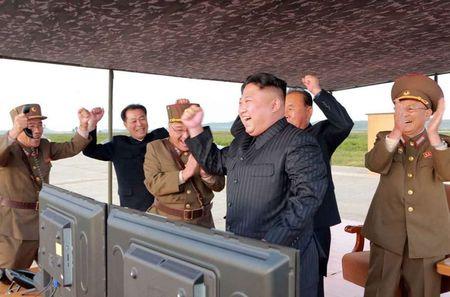 Kim Jong-un nam chat tay mung thu ten lua bay qua Nhat - Anh 4
