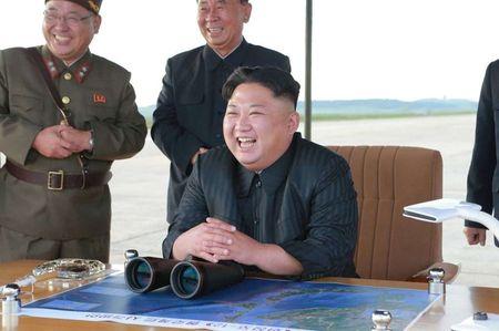 Kim Jong-un nam chat tay mung thu ten lua bay qua Nhat - Anh 6