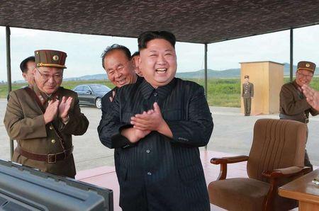 Kim Jong-un nam chat tay mung thu ten lua bay qua Nhat - Anh 7