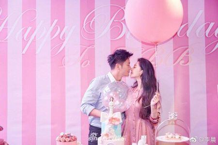 Ly Than cau hon Pham Bang Bang dung dip sinh nhat: Banh kem 'meo tieu thu' moi la dieu gay sot - Anh 1