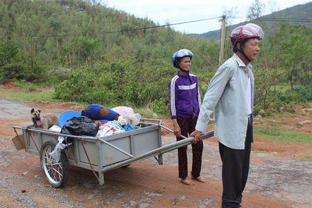 Cam dong doi vo chong gia lieu xieu tro ve nha sau bao - Anh 1