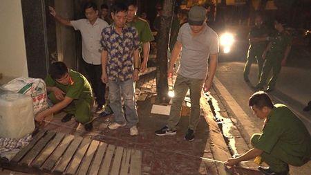 Hai Duong: Thanh nien mua xang dot nha hang xom de tra thu - Anh 1