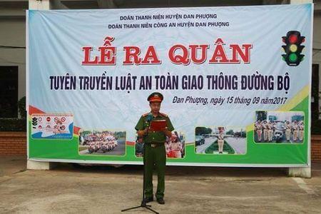 Ha Noi: CSGT Cong an huyen Dan Phuong ra quan tuyen truyen phap luat - Anh 1