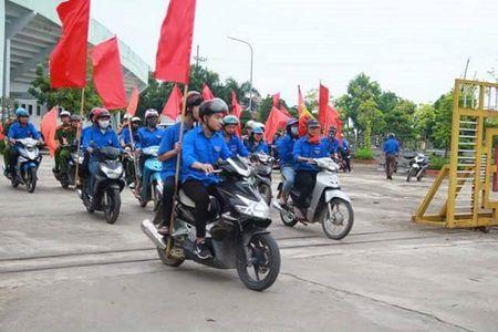 Ha Noi: CSGT Cong an huyen Dan Phuong ra quan tuyen truyen phap luat - Anh 2