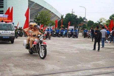 Ha Noi: CSGT Cong an huyen Dan Phuong ra quan tuyen truyen phap luat - Anh 3