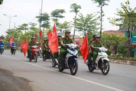 Ha Noi: CSGT Cong an huyen Dan Phuong ra quan tuyen truyen phap luat - Anh 4