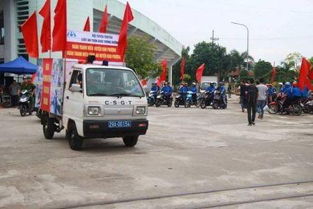 Ha Noi: CSGT Cong an huyen Dan Phuong ra quan tuyen truyen phap luat - Anh 6