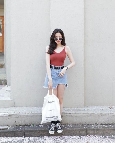 Phong cach dao pho voi vay jeans 'than thanh' khong phai lo ngai ngay mua bao - Anh 2