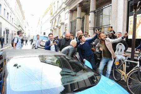 Duong pho Milan nao loan khi Icardi va vo di shopping - Anh 4