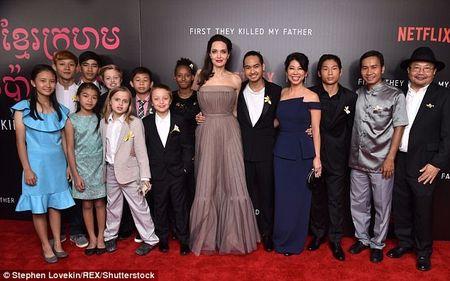 Nha Angelina Jolie co 3 con gai, nhung 2 be trong so do gio da giong het con trai - Anh 10