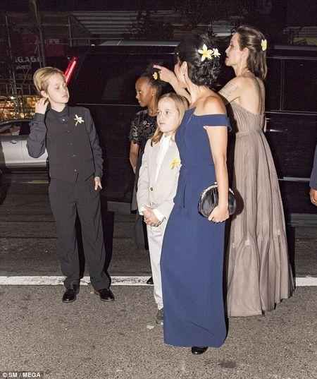 Nha Angelina Jolie co 3 con gai, nhung 2 be trong so do gio da giong het con trai - Anh 1