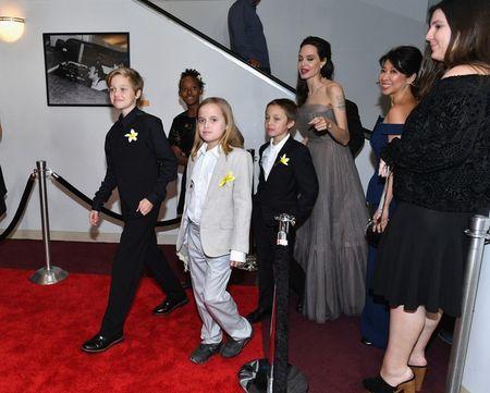 Nha Angelina Jolie co 3 con gai, nhung 2 be trong so do gio da giong het con trai - Anh 2