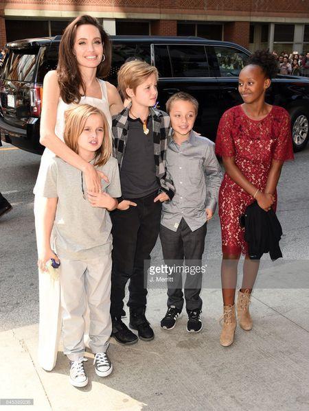 Nha Angelina Jolie co 3 con gai, nhung 2 be trong so do gio da giong het con trai - Anh 3