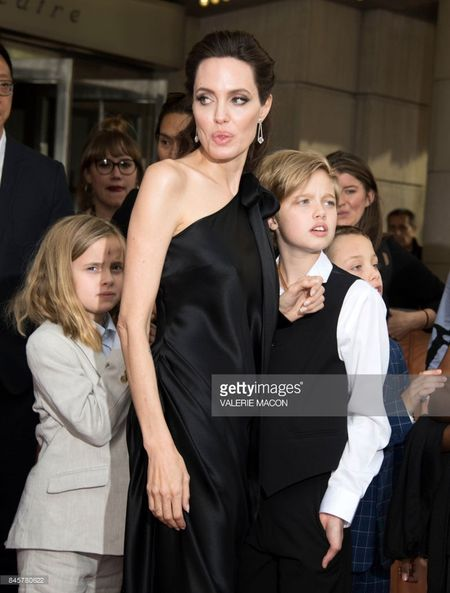 Nha Angelina Jolie co 3 con gai, nhung 2 be trong so do gio da giong het con trai - Anh 4