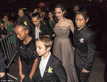 Nha Angelina Jolie co 3 con gai, nhung 2 be trong so do gio da giong het con trai - Anh 5