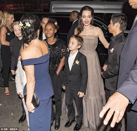 Nha Angelina Jolie co 3 con gai, nhung 2 be trong so do gio da giong het con trai - Anh 6