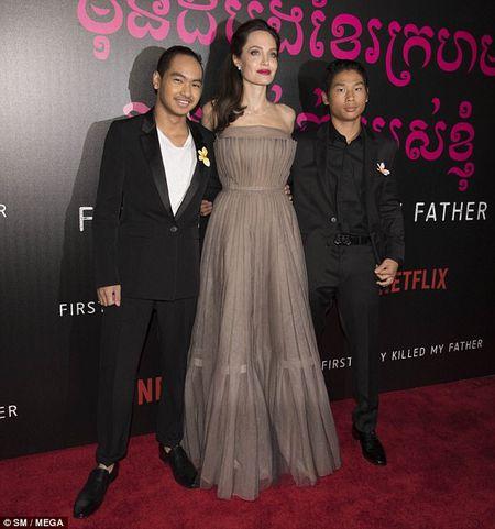 Nha Angelina Jolie co 3 con gai, nhung 2 be trong so do gio da giong het con trai - Anh 7