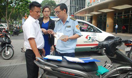 Cho khach rut tien 5 phut, tai xe taxi bi phat 700.000 dong - Anh 1