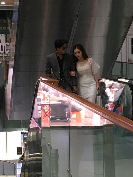 Huong Tram va nam chinh MV 'Em gai mua' quan quyt khong roi - Anh 2