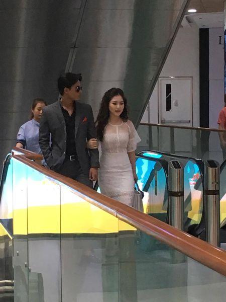 Huong Tram va nam chinh MV 'Em gai mua' quan quyt khong roi - Anh 3
