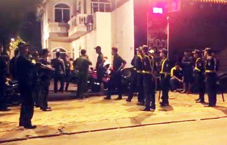 Hang tram canh sat 'dot kich' quan bar F1 co tieng o Binh Duong - Anh 2