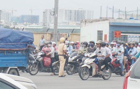 Cuong che 50 ki ot quanh san bay Tan Son Nhat, giao thong roi loan - Anh 8