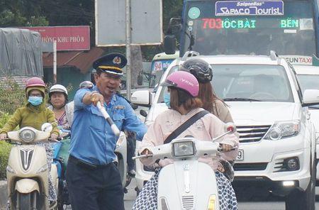 Cuong che 50 ki ot quanh san bay Tan Son Nhat, giao thong roi loan - Anh 9