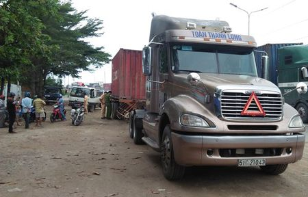Can chet thanh nien chay Grabbike, tai xe container bo chay - Anh 2