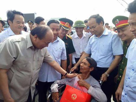 Thu tuong Nguyen Xuan Phuc thi sat, chi dao khac phuc hau qua con bao so 10 tai Ha Tinh - Anh 2