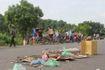 Hà Nội: Vì đâu người dân mang vỉ ruồi 'lập chốt' chặn xe rác?