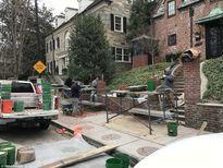 Công nhân gấp rút xây tường nhà cho Tổng thống Obama