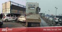 Hà Nội: Taxi chui gầm xe tải gây tai nạn liên hoàn