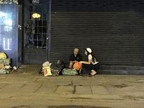 Hoa hậu Kỳ Duyên đi xe máy phát quà từ thiện lúc nửa đêm