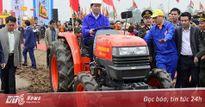 Chủ tịch nước lái máy cày trong lễ Tịch Điền ở Hà Nam