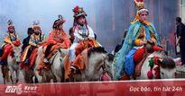 Trẻ em Trung Quốc son phấn, cưỡi ngựa diễu hành trong lễ hội truyền thống
