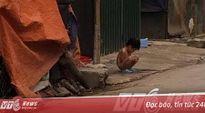Phẫn nộ mẹ bắt con trai 3 tuổi cởi truồng, đứng giữa trời mưa