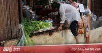 Bậc tam cấp bị phá, cụ già chật vật leo vào nhà ở trung tâm Sài Gòn