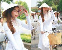 Nắng chang chang, Hà Hồ diện áo dài đội nón lá đạp xe đạp giữa đường