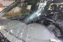 Truy đuổi gỗ lậu, ôtô kiểm lâm bị ném đá vỡ kính