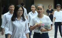 Thầy Phó hiệu trưởng giúp học sinh kỹ năng ôn tập, làm bài thi trắc nghiệm