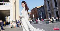 Video: Á Hậu Thùy Dung khoe sắc với áo dài trắng giữa vùng trời Châu Âu