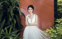 Á hậu Thùy Dung thanh lịch, dịu dàng với bộ trang phục tuyệt đẹp giữa thiên nhiên