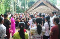 Hàng ngàn du khách đội mưa về thăm quê Bác