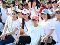 Hoa hậu Đại dương Đặng Thu Thảo đi bộ quyên góp tiền từ thiện