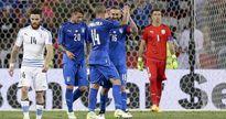 Uruguay 'tự bắn' vào chân, Italia giành chiến thắng đậm đà
