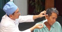 Nhiễm trùng, áp xe tai do thói quen lấy ráy tai bằng tăm nhang 