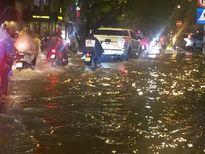 Hà Nội mưa, nhiều đoạn phố lại thành sông