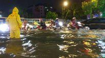 Hà Nội mưa lớn, người dân chật vật trên phố ngập sâu